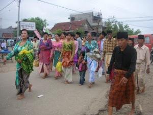 Iring-iringan Towani Tolotang menuju lokasi Parinyameng