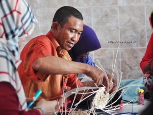 Daeng Ngappe Mengajar Anyaman